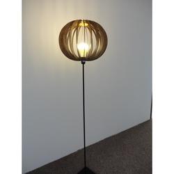 Originálne stojate svietidlo z dreva - farba: Orech régia HOFFMAN